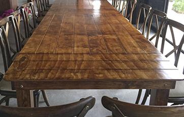 Sillas y mesas de madera